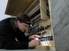 Oliver Schulte beim Einbau der optoelektronischen Kontakte im Pedal.