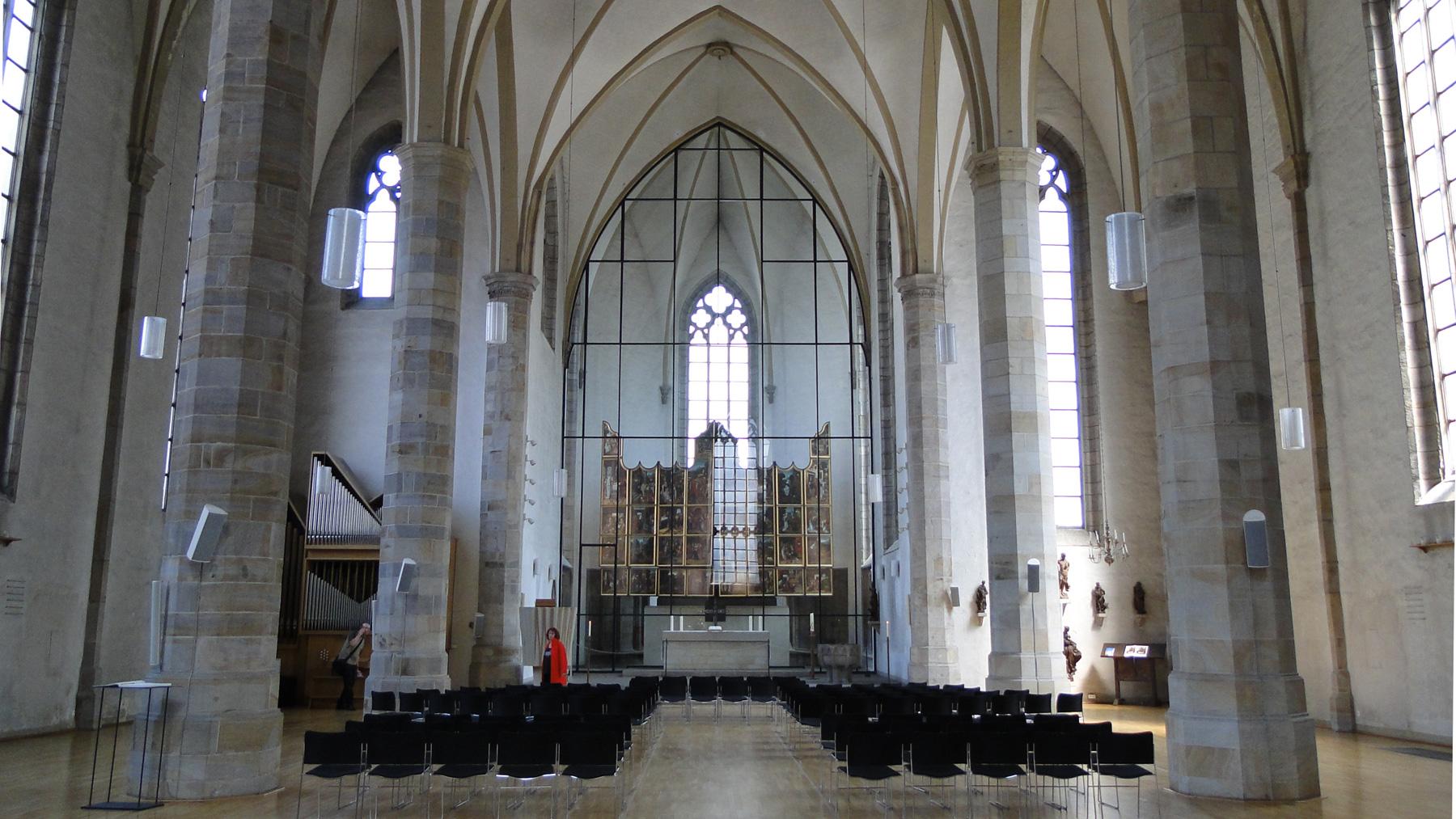 Innenansicht der St Petri Kirche. Im Zentrum der Flämische Flügelaltar von 1522